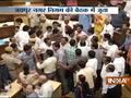 Congress Parshad tries to hurl shoe at BJP Parshad in Jaipur Nagar Nigam