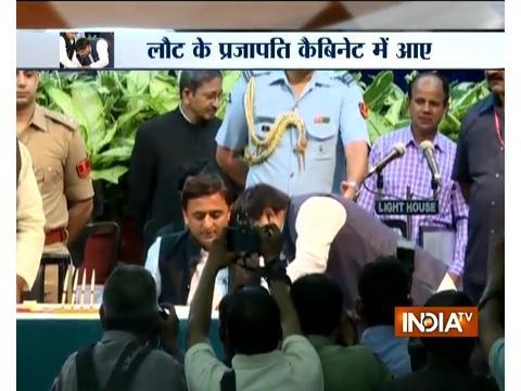 Tainted leader Gayatri Prajapati touches feet of Akhilesh Yadav after being