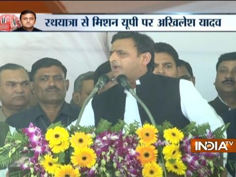 Mulayam flags off CM Akhilesh's 'Vikas Rath Yatra', Shivpal attends event