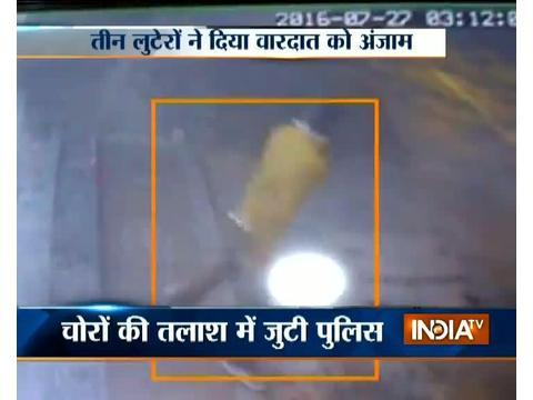 Robbers loot electronic showroom in Delhi, incident caught on camera