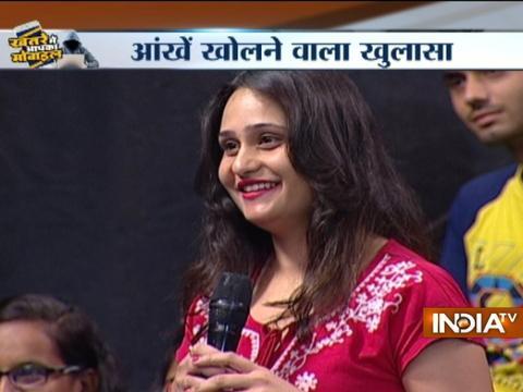 Hacking expert Saket Modi hacks phone of a girl sitting in the audience