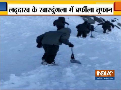 जम्मू कश्मीर: लद्दाख के खारदुंगला में बर्फीला तूफान, 10 से ज़्यादा लोग लापता, रेस्क्यू ऑपरेशन जारी