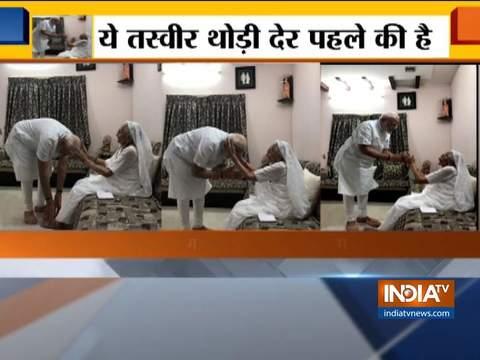 पीएम नरेंद्र मोदी ने मां हीराबेन के पैर छूकर लिया आशीर्वाद