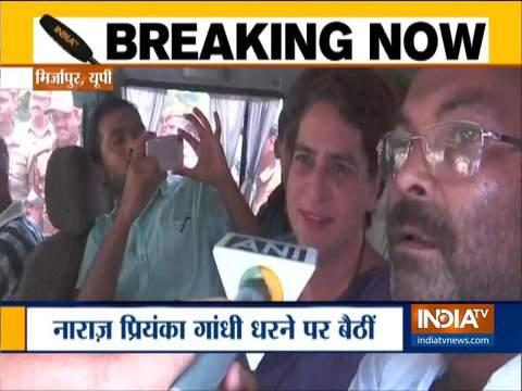 सोनभद्र जा रहीं प्रियंका गांधी को मिर्जापुर के पास लिया गया हिरासत में