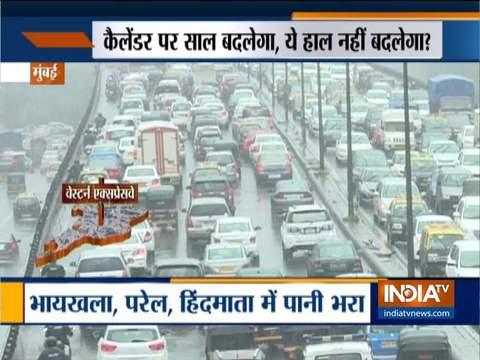 बारिश की तेज़ी ने रोकी मुंबई की रफ़्तार