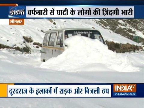 श्रीनगर में ताज़ा बर्फ़बारी के बाद एयरपोर्ट पर उड़ाने बंद, दूर-दर्ज के इलाकों में बिजली सेवा ठप
