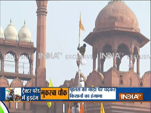 दिल्ली: लाल किले के अंदर प्रदर्शनकारियों ने फहराया अपना झंडा
