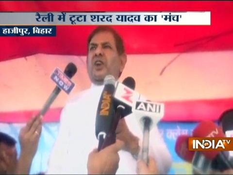 JDU leader Sharad Yadav's stage breaks while addressing a public gathering in Bihar
