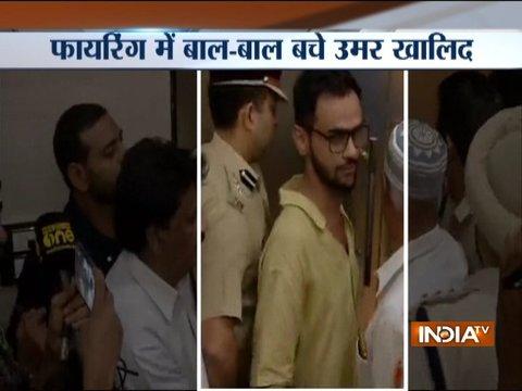 दिल्ली में कंस्टीटूशन क्लब के बाहर जेएनयू के छात्र उमर ख़ालिद पर हमला