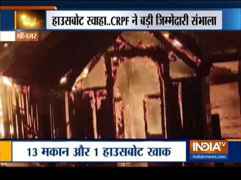 J&K: श्रीनगर की डल झील में आग लगने के बाद CRPF की वॉटर विंग ने किया रेस्क्यू ऑपरेशन