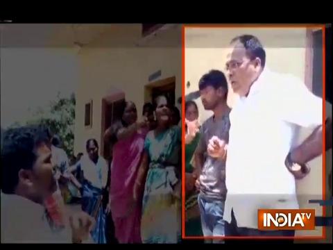तेलंगाना में जमीनी विवाद में स्थानीय नेता ने महिला को मारी लात