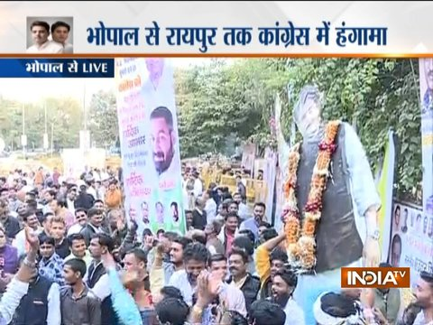 Supporters of Jyotiraditya Scindia and Kamal Nath gather outside Congress office in Bhopal