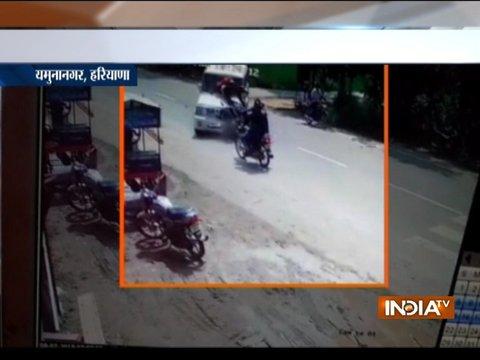CCTV: हरियाणा के यमुनानगर में एसयूवी की दो बाइक से हुई ज़ोरदार टक्कर