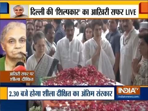 कांग्रेस मुख्यालय में सोनिया गांधी, प्रियंका गांधी वाड्रा ने दिल्ली की पूर्व सीएम शीला दीक्षित को श्रद्धांजलि दी