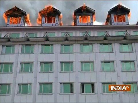 जम्मू-कश्मीरः श्रीनगर के पंपोश होटल में लगी भीषण आग, दमकल की 10 गाड़ियां मौके पर मौजूद