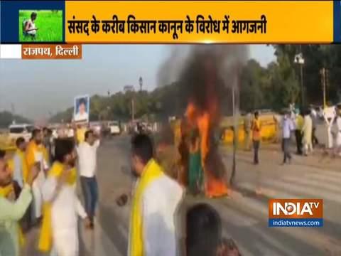 दिल्ली में किसान कानून के विरोध में आगजनी, इंडिया गेट पर प्रदर्शनकारियों ने ट्रैक्टर में लगाई आग