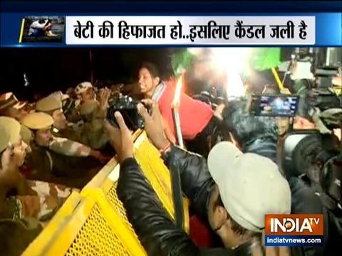 राज घाट से इंडिया गेट तक कैंडल मार्च निकाल रहे प्रदर्शनकारियों ने बैरिकेड्स लगा के रोकने की कोशिश