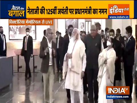 कोलकाता के विक्टोरिया मेमोरियल में आयोजित प्रदर्शनी में पहुंचे प्रधानमंत्री नरेंद्र मोदी