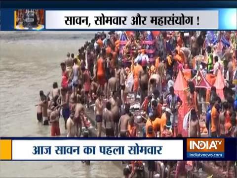 श्रावण के पहले सोमवार के शुभ अवसर पर शिव भक्तों ने नदी में लगाई डुबकी