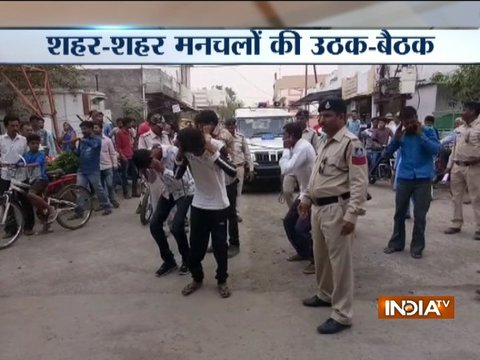 Moral policing: Girls slap eve-teasers infront of cops in Madhya Pradesh