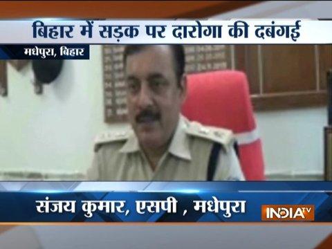 बिहार के मधेपुरा में बुजुर्ग आदमी की पुलिसवालों ने बेरहमी से की पिटाई