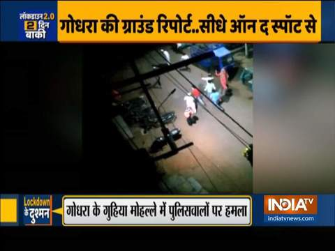 Policemen attacked in Godhra for sealing containment areas | Watch ground report