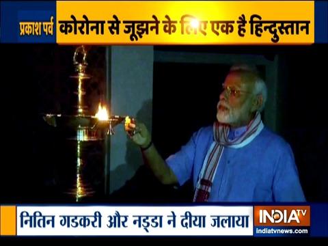 Coronavirus के खिलाफ जंग में भारत ने दिखाई 'दुनिया को रोशनी', पीएम की अपील पर भारतीयों ने जलाए दीये