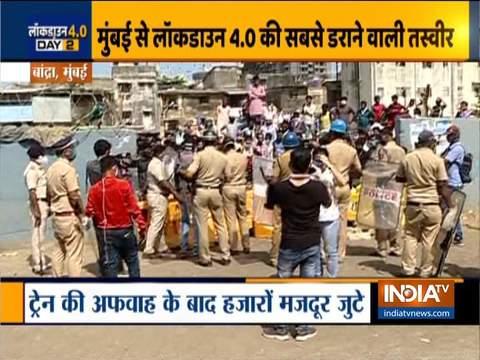 लॉकडाउन मानदंडों को धता बताते हुए, बांद्रा रेलवे स्टेशन के बाहर प्रवासी श्रमिकों की भारी भीड़ एकत्र हुई
