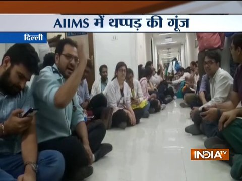 दिल्ली: अनिश्चितकालीन हड़ताल पर एम्स के रेजिडेंट डॉक्टर