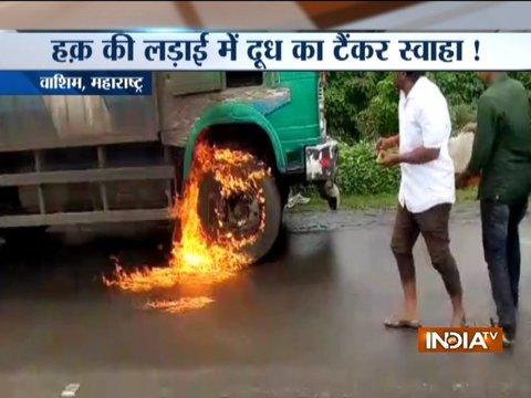 महाराष्ट्र में 'दूधबंदी': दूध के दाम को बढ़ाने की मांग को लेकर मालेगांव में दूध के टैंकर में लगायी आग