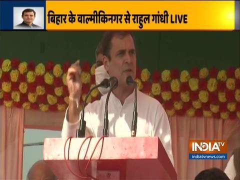 कांग्रेस नेता राहुल गांधी ने वाल्मीकिनगर में रैली को किया संबोधित