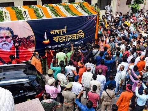 लेटे हनुमान मंदिर पहुंचा महंत नरेंद्र गिरी का पार्थिव शरीर