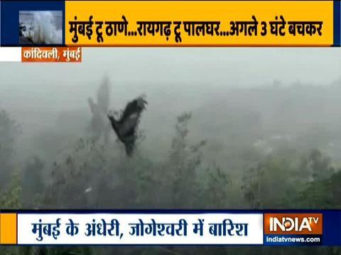 चक्रवात निसर्ग के बाद मुंबई में हो रही मूसलाधार बारिश