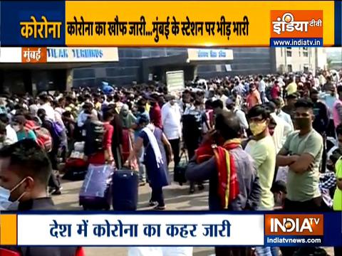 महाराष्ट्र में लॉकडाउन की संभावना के बीच मुंबई के एलटीटी पर बिना सोशल डिस्टन्सिंग के दिखी प्रवासी मजदूरों की भीड़