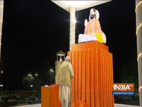 PM मोदी ने संत रविदास की प्रतिमा पर पुष्प अर्पित किए