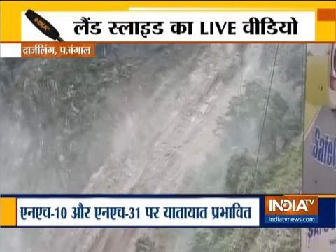 पश्चिम बंगाल: दार्जिलिंग में भारी बारिश से NH-10 और NH-31 पर हो रहा है भूस्खलन