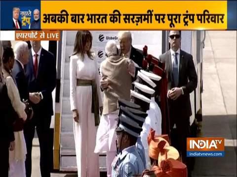 अहमदाबाद एयरपोर्ट पर पीएम मोदी ने अमेरिकी राष्ट्रपति डोनाल्ड ट्रम्प को गले लगाकर किया स्वागत