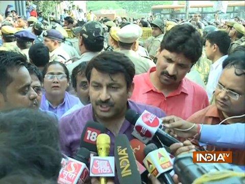 बंद मकान की सील तोड़ने पर BJP सासंद मनोज तिवारी के खिलाफ दर्ज हुआ FIR