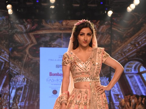 Soha Ali Khan, Miss India World Anukreethy Vas dazzle at BT Fashion Week