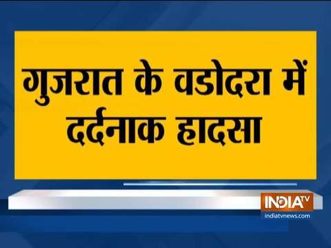 गुजरात के वडोदरा में 6 सफाई कर्मचारियों की दम घुटने से मौत