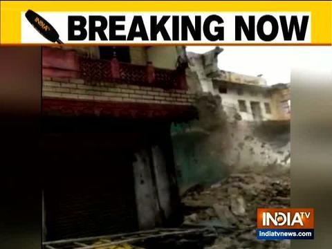 राजस्थान के अजमेर में भारी वर्षा के कारण इमारत ढह गई