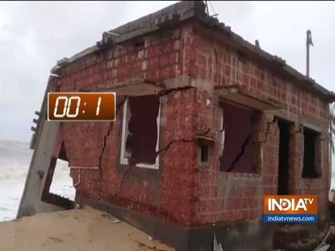Video: चक्रवाती तूफान वायु की वजह से सिर्फ 5 सेकेंड में ढह गया मकान