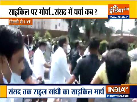 कांग्रेस नेता राहुल गांधी और अन्य विपक्षी नेता साइकिल से संसद पहुंचे