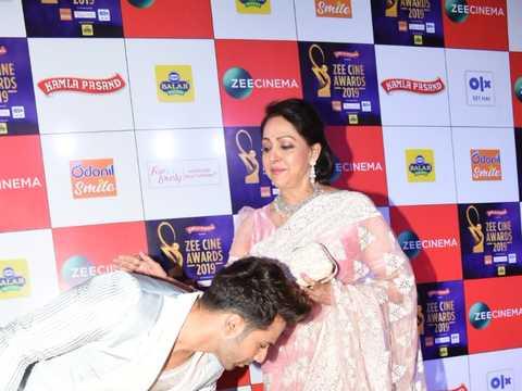Deepika Padukone and Alia Bhatt bond, Varun Dhawan seeks blessing from Hema Malini at awards night