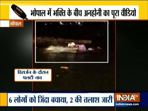 पुणे: गणपति विसर्जन के जुलूस के दौरान भक्तों ने एम्बुलेंस के लिए बनाया रास्ता