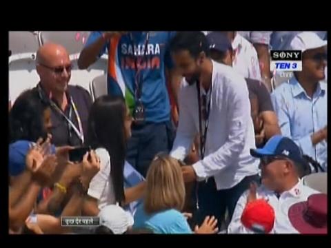 लॉर्ड्स वनडे के दौरान लाइव मैच में ब्वॉयफ्रेंड ने गर्लफेंड के सामने रखा शादी का प्रस्ताव