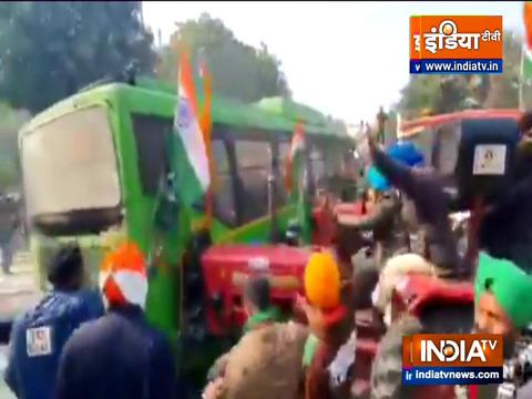 Kisan Tractor Rally: ट्रैक्टरों की टक्कर से की DTC बस पलटने की कोशिश