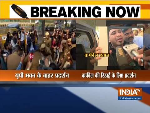दिल्ली में यूपी भवन के बाहर डॉ कफील खान के समर्थकों ने किया विरोध प्रदर्शन