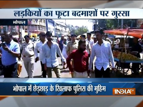Girls beat up eve-teasers in presence of cops in MP's Bhopal