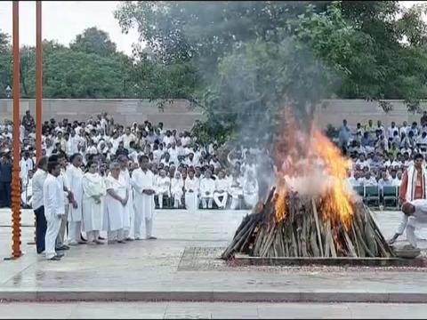 स्मृति स्थल पूरे राजकीय सम्मान के साथ किया गया पूर्व प्रधानमंत्री अटल बिहारी वाजपेयी का अंतिम संस्कार